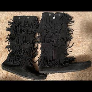 Minnetonka Black 5 layer fringe boot